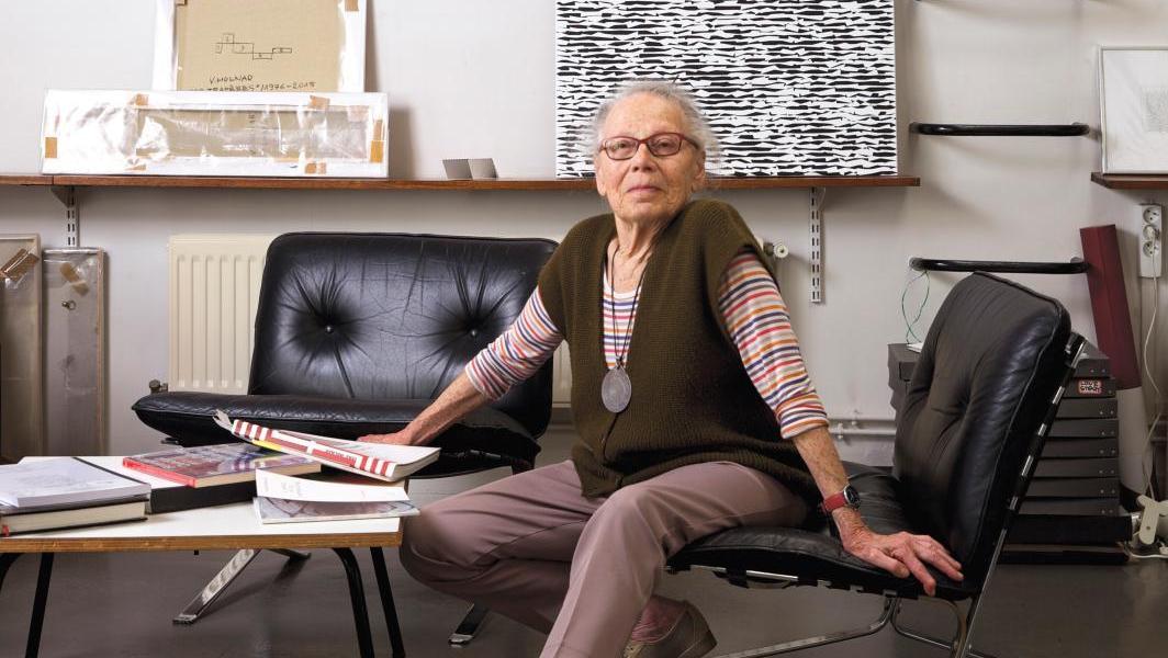 Véra Molnar dans son atelier. © Bertrand Hugues, courtesy Galerie Berthet-Aittouarès